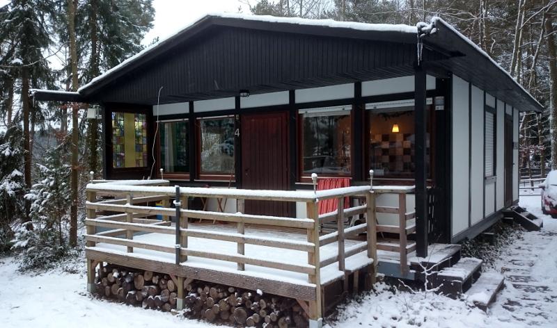 foto voorzijde vakantiehuis in sneeuw